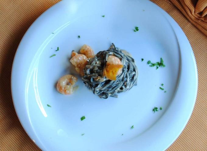 Tagliolini al nero di seppia con bottarga